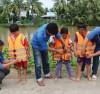 Tập cho trẻ thói quen mặc áo phao khi qua phà, thuyền. Tập cho trẻ thói quen mặc áo phao khi qua phà, thuyền nhằm phòng tránh đuối nước.