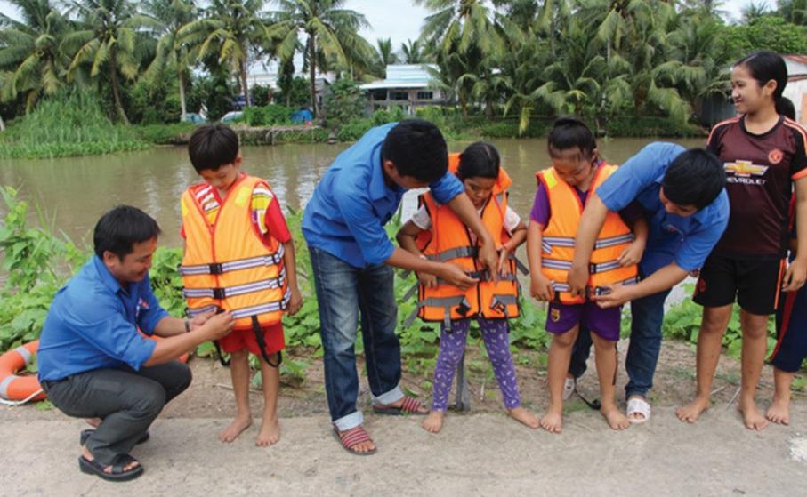 Tập cho trẻ thói quen mặc áo phao khi qua phà, thuyền.