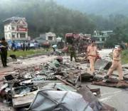 Hiện trường vụ tai nạn giao thông đặc biệt nghiêm trọng tại Hòa Bình.