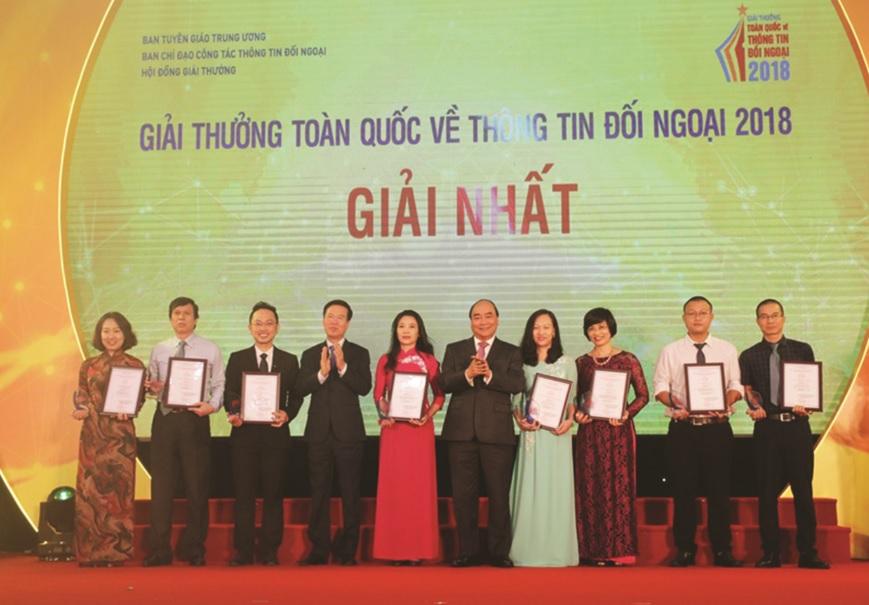 Thủ tướng Nguyễn Xuân Phúc và Trưởng ban Tuyên giáo Trung ương Võ Văn Thưởng trao giải thưởng cho cá nhân đạt giải.