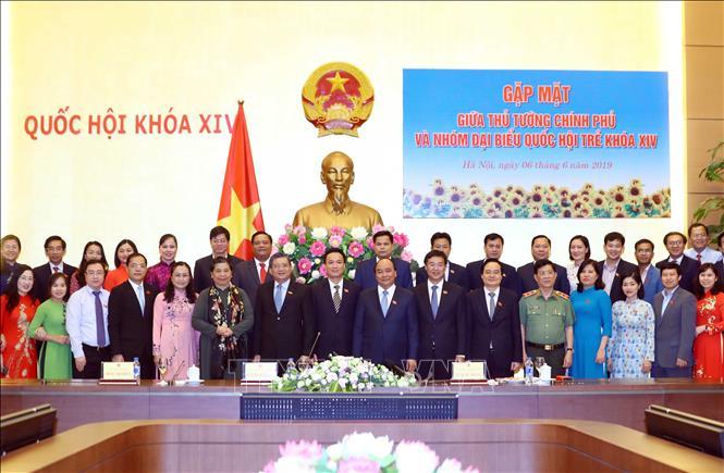 1.Thủ tướng Nguyễn Xuân Phúc; Phó Chủ tịch Thường trực Quốc hội Tòng Thị Phóng và các đại biểu Quốc hội trẻ tại buổi gặp mặt