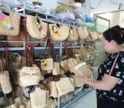 Bà Huỳnh Ngọc Bích bên những sản phẩm lục bình của chị vừa gây dựng lại.