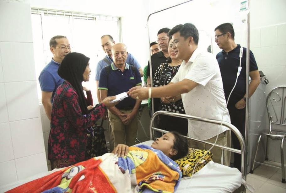 Ông Nguyễn Anh Tuấn, P. Tổng Giám đốc Vinalines Hậu Giang (người mặc áo trắng) đại diện lãnh đạo Công ty trao tiền ủng hộ gia đình Ro Ky Yah.
