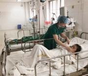 Bác sỹ Bệnh viện Đa khoa Trung ương TP. Cần Thơ thăm khám và điều trị cho bệnh nhân Ro Ky Yah.