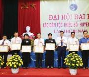Ông Ma Phúc Hà, Bí thư Huyện ủy huyện Chiêm Hóa (ngoài cùng bên trái) cùng Đoàn công tác thăm cánh đồng trồng lạc tại xã Phúc Sơn.