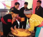Phụ nữ Mông làm mèn mén tại Chợ tình Ba Tiên.