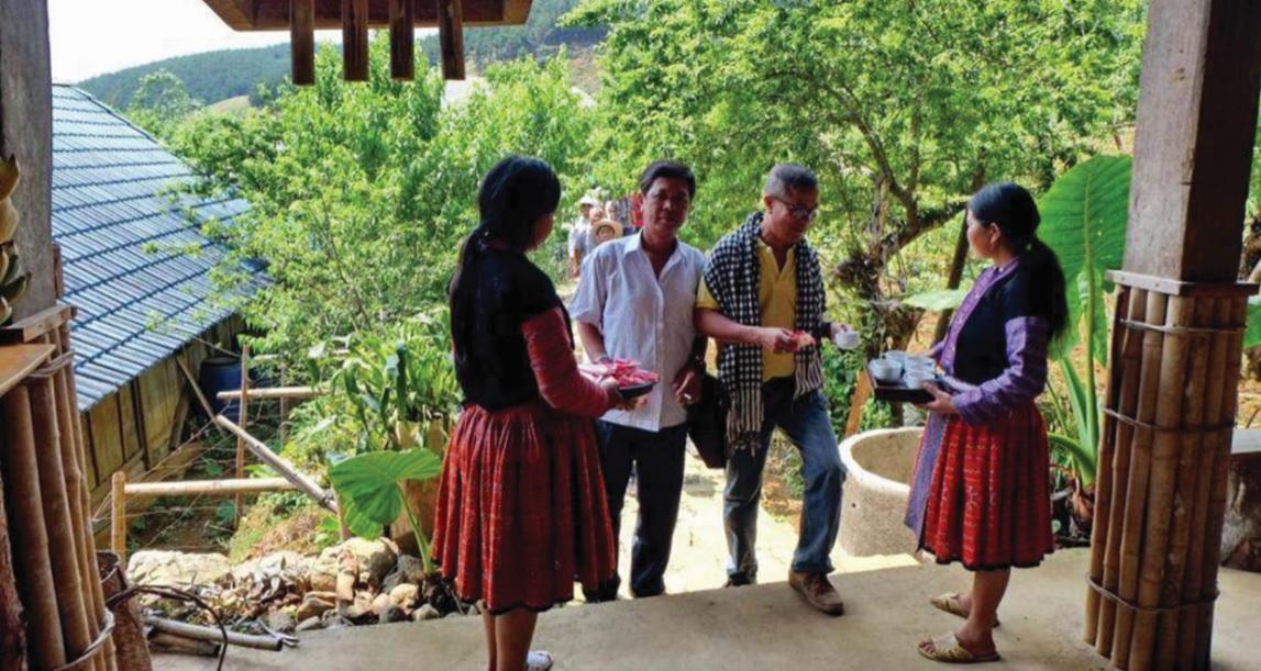 Đồng bào dân tộc Mông ở huyện Vân Hồ, tỉnh Sơn La làm du lịch cộng đồng.