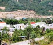 Nhiều ngôi nhà ở Khánh Hòa xây trái phép bên sườn núi. Nhiều ngôi nhà ở Khánh Hòa xây trái phép bên sườn núi, vi phạm về xây dựng và quản lý đất đai.