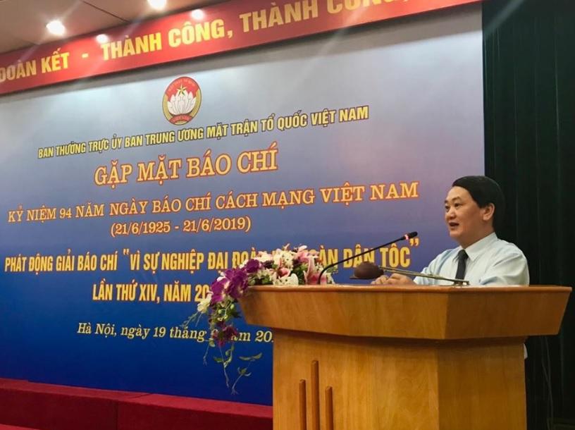 Ông Hầu A Lềnh, Ủy viên Trung ương Đảng, Phó Chủ tịch, Tổng thư ký Ủy ban Trung ương Mặt trận Tổ quốc Việt Nam phát biểu tại buổi gặp mặt