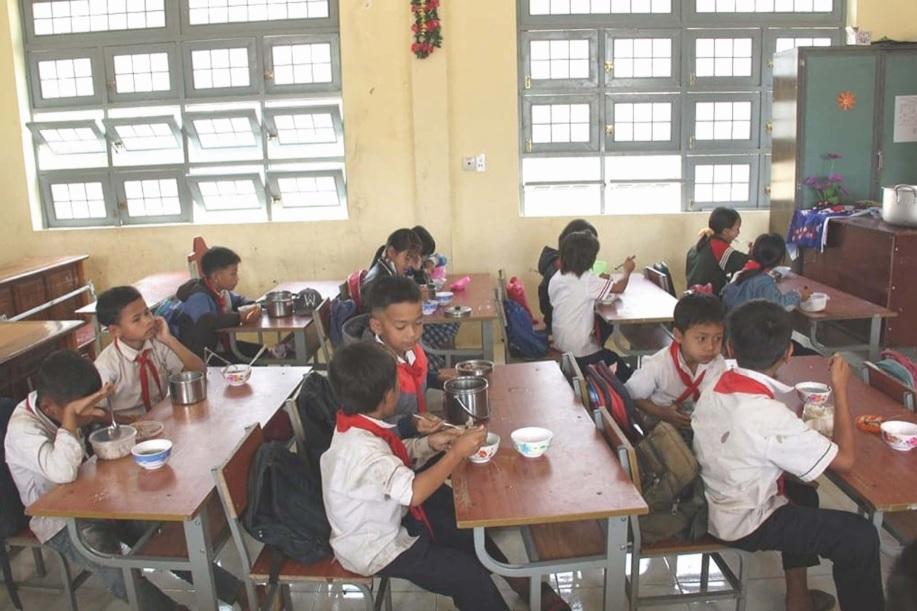 Bữa cơm trưa miễn phí cho học sinh nghèo của Trường Tiểu học Đăk Glei
