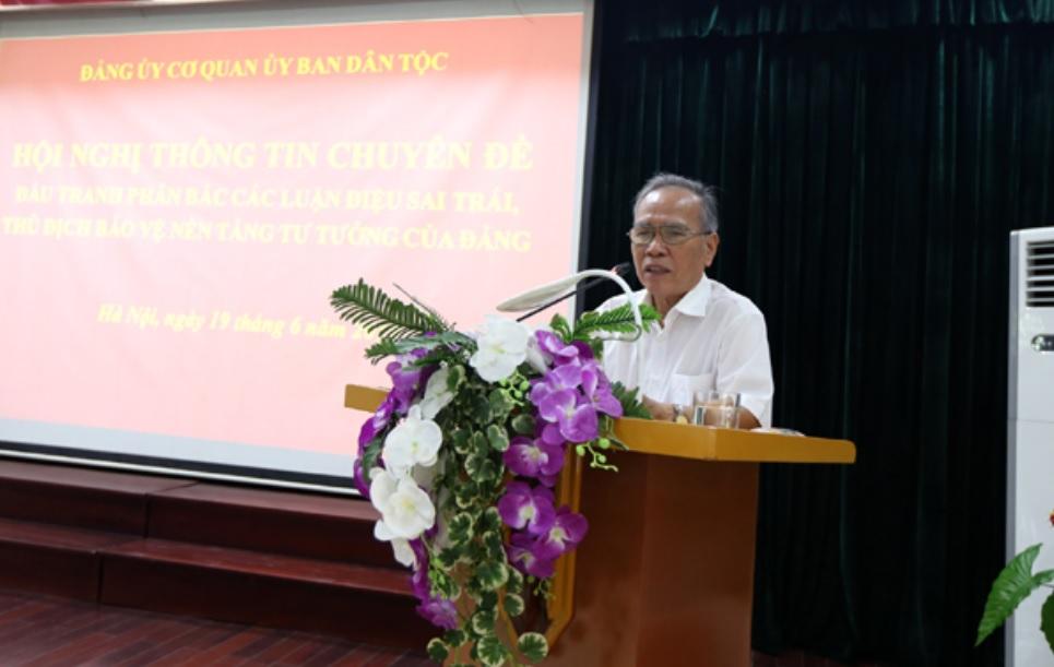 GS.TS Lưu Văn Sùng giới thiệu các nội dung thông tin tại Hội nghị