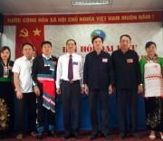 Ông Phạm Đức Minh, Chủ tịch UBND huyện Nậm Nhùn (ngoài cùng bên trái) và ông Trần Hữu Chí, Trưởng Ban Dân tộc tỉnh (thứ 5 ở giữa) chụp ảnh với các đại biểu dự Đại hội Đại biểu các DTTS huyện Nậm Nhùn (Lai Châu) lần thứ II.