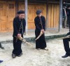 Nghệ nhân khèn Mông ở Bản Nghè, xã Cổ Linh, huyện Bác Nặm(Bắc Kạn) miệt mài truyền dạy những điệu khèn truyền thống cho con cháu.