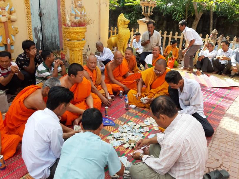 Thượng tọa Thạch Thảo, Sư cả chùa Kan Đal, huyện Cầu Kè (người cầm quạt) cùng các vị sư sãi chùa Kan Đal kiểm đếm số tiền thu được từ xã hội hóa để gây quỹ giúp đỡ học sinh nghèo vượt khó.
