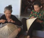 Nón ngựa Phú Gia mang nét độc đáo, đậm bản sắc văn hóa Bình Định, bởi được làm từ những đôi bàn của người thợ thủ công.