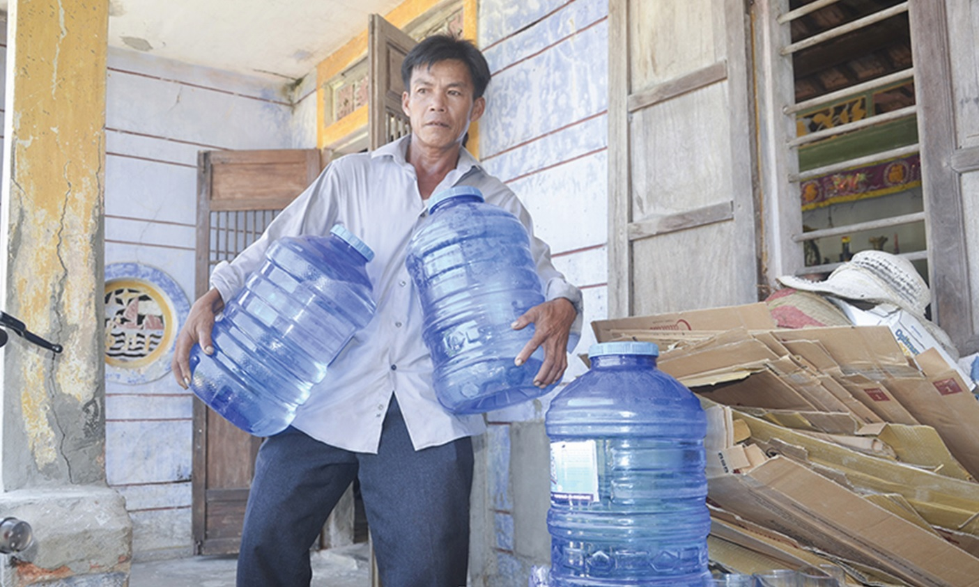 Gia đình ông Dương Minh Đức phải mua nước đóng bình về để sinh hoạt.