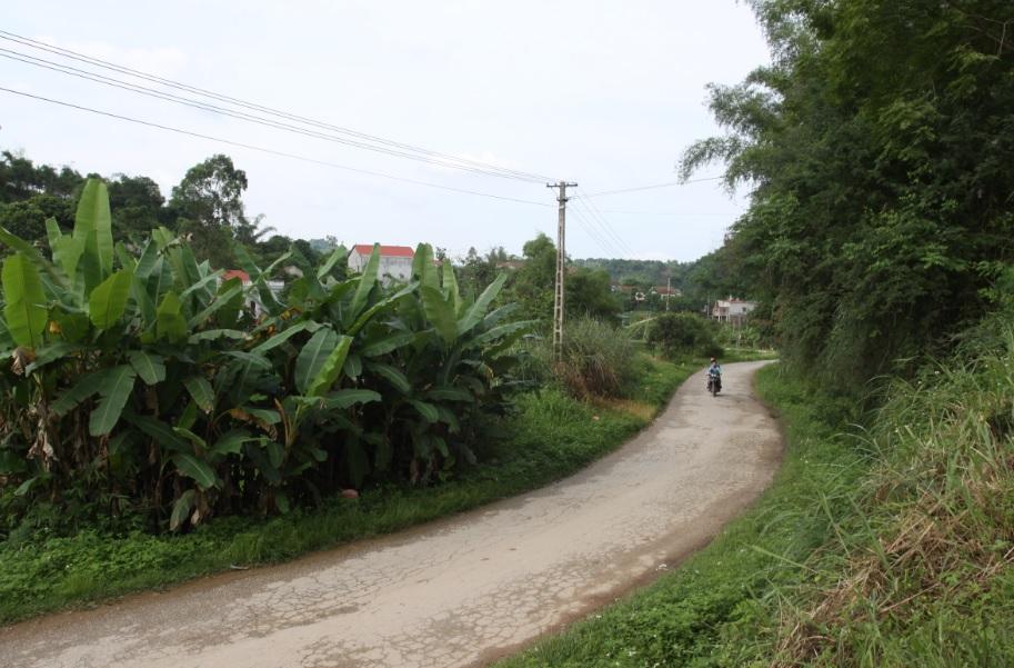 """Đường giao thông, điện lưới là """"huyết mạch"""" để nối vùng khó. (Ảnh chụp tại trung tâm xã Thạch Đạn, huyện Cao Lộc, Lạng Sơn)"""