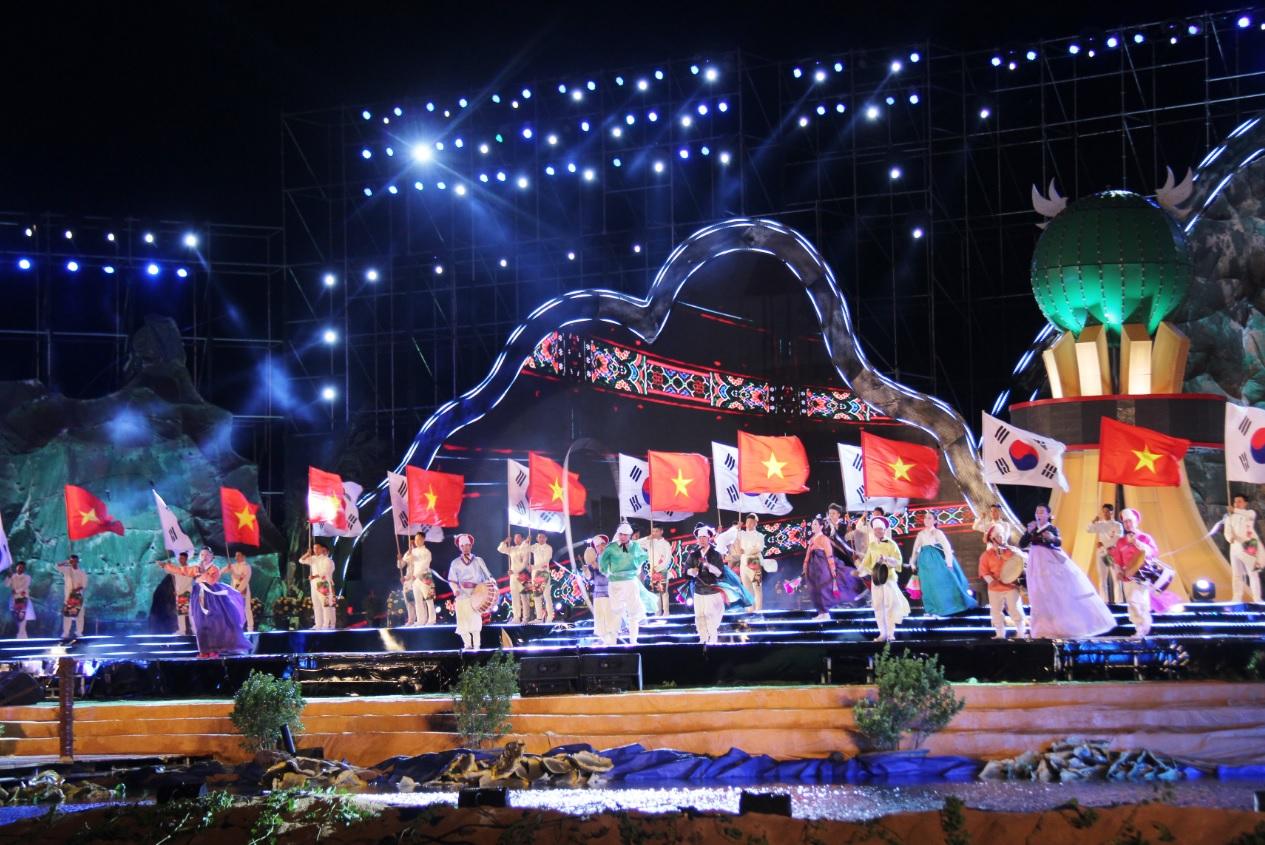 Tiết mục văn nghệ trong buổi Lễ kỷ niệm 30 năm tái lập tỉnh Phú Yên