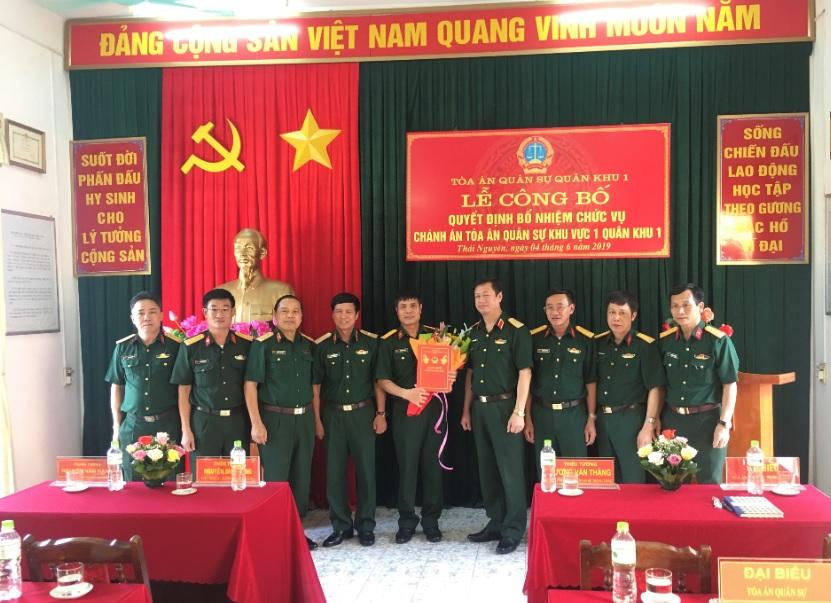 Đồng chí Hà Minh Phương (Người ôm hoa)  Thẩm phán trung cấp Tòa án Quân sự Quân khu I được bổ nhiệm làm Chánh án TAQS Khu vực 1.