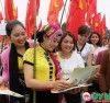 Chị em phụ nữ dân tộc Thái tiếp cận thông tin trong tờ rơi tuyên truyền về dân số. Chị em phụ nữ dân tộc Thái tiếp cận thông tin trong tờ rơi tuyên truyền về dân số.