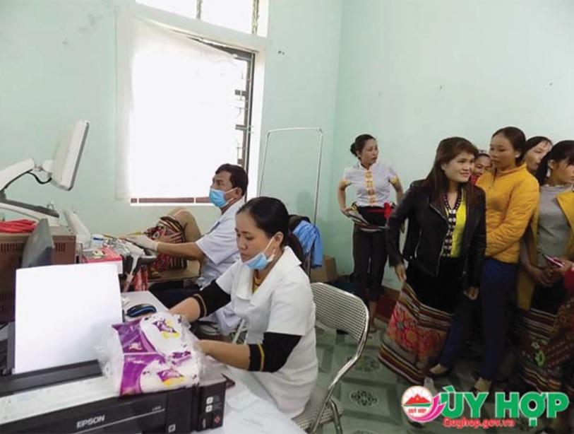 Các y bác sĩ thăm khám cho bà con Nhân dân tại Trạm Y tế xã Châu Lý.