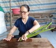 Nghệ nhân Ưu tú Phan Thị Thuận thực hiện công đoạn se tơ từ cuống sen.