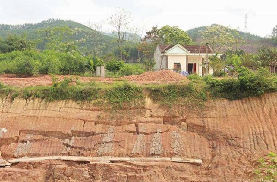 Một trong những căn nhà của người dân thuộc diện di dời vì nguy cơ sạt lở ở xã Lượng Minh.