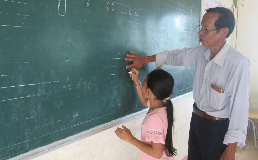 Ông Danh Nghe dạy chữ Khmer cho học sinh tại điểm chùa Cỏ Khía Cũ, ấp Hòa Lễ, xã Thới Quản, huyện Gò Quao (Kiên Giang).