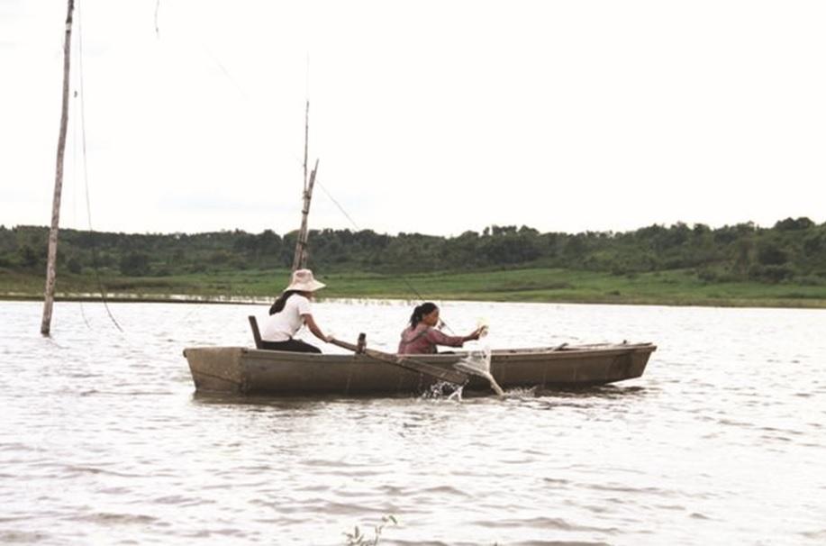 Người dân phải qua sông bằng thuyền tự chế cũ nát.