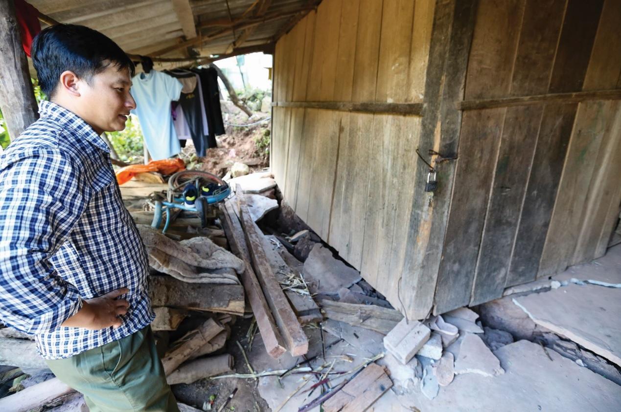 Vết nứt lớn tại Tìa Dình làm hư hỏng nhiều căn nhà của người dân.