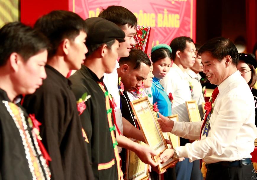 Ông Trương Công Ngàn - Bí thư Huyện ủy, Chủ tịch UBDT huyện Tiên Yên trao tặng Giấy khen cho các tập thể có đóng góp tích cực, hiêu quả cho vùng DTTS của huyện.