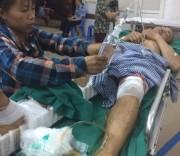 Chị Thào Thị Cá (vợ anh Thèn Văn Trường) chăm sóc chồng tại Bệnh viện Việt Đức.