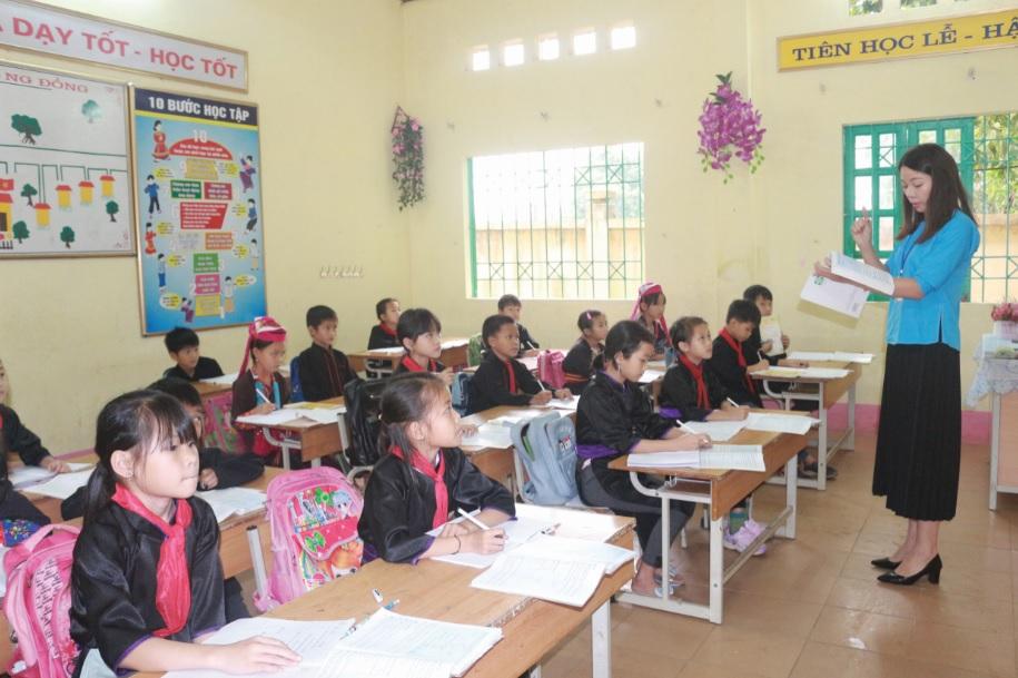 Các em học sinh ở Bình Liêu thường xuyên mặc trang phục dân tộc khi đến trường.
