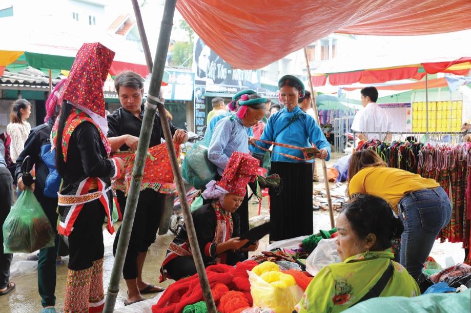 Đồng bào các dân tộc Tày, Dao ở Bình Liêu thường xuyên mặc trang phục truyền thống trong sinh hoạt ngày thường.