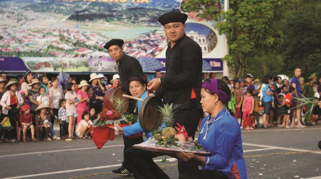 Nhiều lễ hội truyền thống của đồng bào các DTTS trên địa bàn huyện được tái hiện tại Lễ khai mạc.