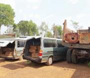 Các xe ô tô chở gỗ lậu bị bắt giữ tại Hạt Kiểm lâm.