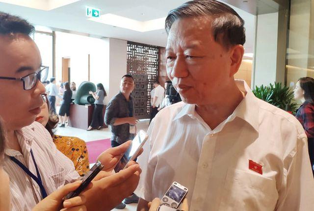Bộ trưởng Bộ Công an Tô Lâm trao đổi với báo chí. Ảnh: P.Thảo