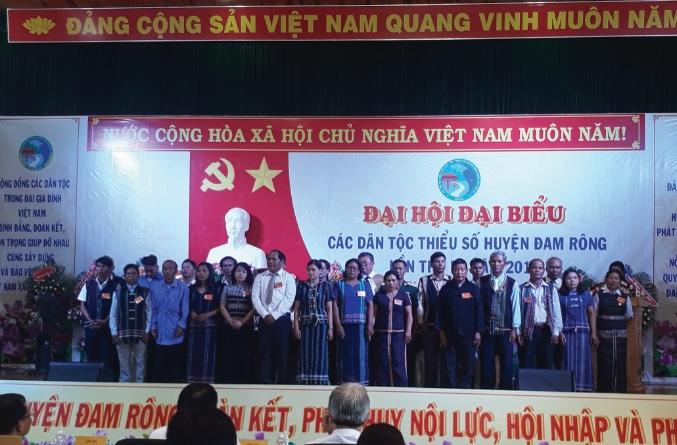ác đại biểu người DTTS huyện Đam Rông chụp ảnh lưu niệm tại Đại hội.