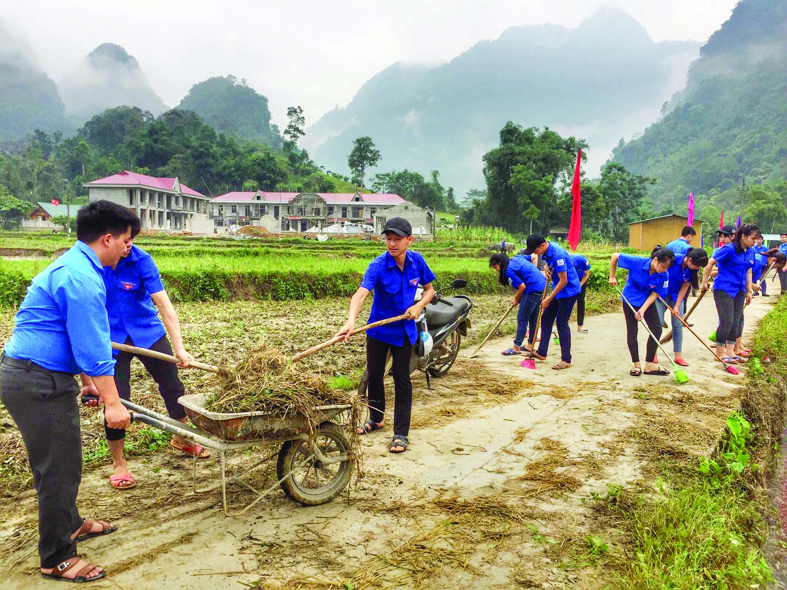 Huyện đoàn Lâm Bình tỉnh Tuyên Quang  dọn dẹp, khơi thông cống rãnh góp phần bảo vệ môi trường.