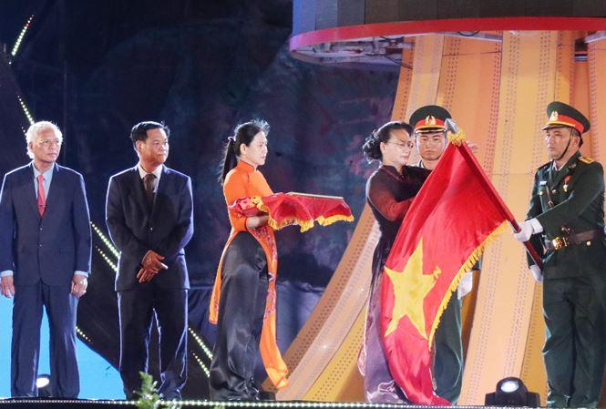 Chủ tịch Quốc hội Nguyễn Thị Kim Ngân thay mặt lãnh đạo Đảng và Nhà nước gắn Huân chương Độc lập hạng Ba lên lá cờ của tỉnh Phú Yên.