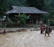 Các hộ dân sống bên suối phải thu gom vật dụng để di dời. Ảnh: Việt Hoàng - TTXVN