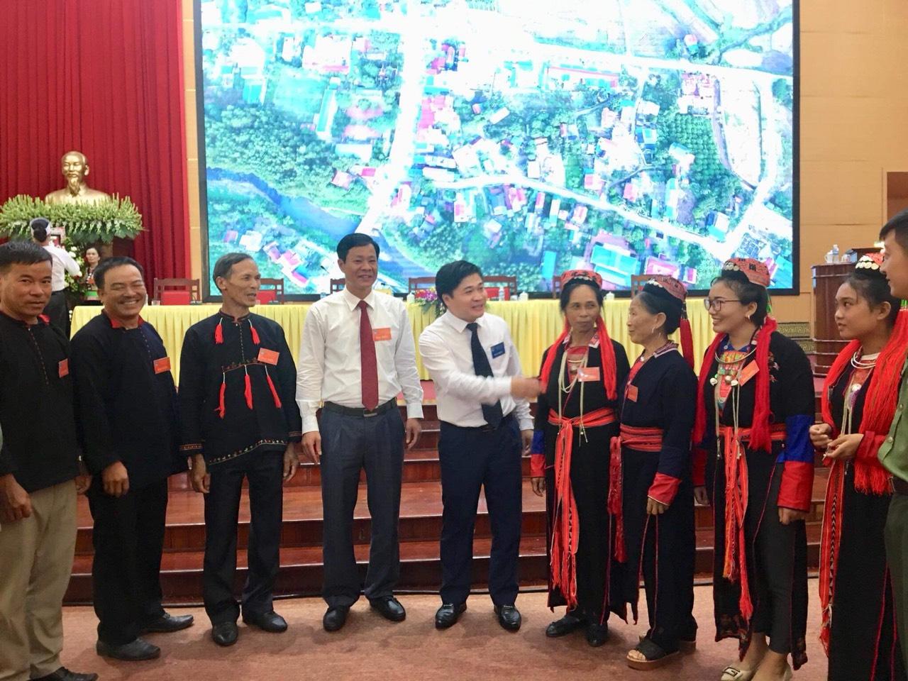 Ông Phạm Tuấn Đạt, Phó Chủ tịch UBND TP Uông Bí (đứng thứ 4 từ trái qua phải) và Ông Lý Văn Thành- Phó trưởng ban Dân tộc tỉnh Quảng Ninh (đứng thứ 5 từ phải qua trái) gặp gỡ trò chuyện với đại diện đại biểu DTTS dự Đại hội