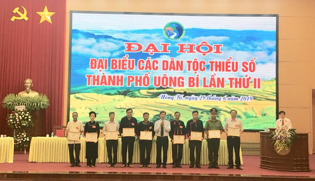 Các cá nhân đồng bào DTTS xuất sắc được UBND TP Uông Bí khen thưởng.