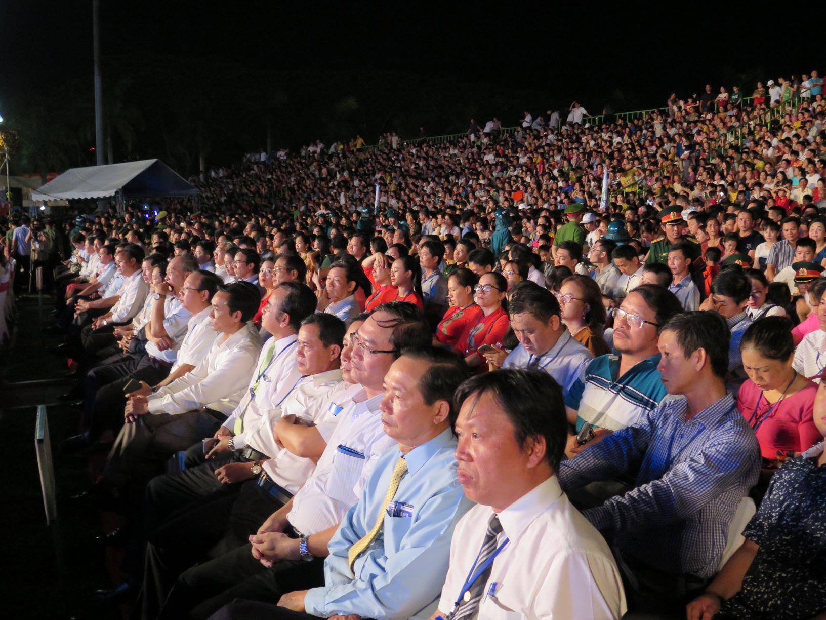Đại biểu về dự Lễ kỷ niệm 30 năm tái lập tỉnh Quảng Ngãi