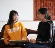 Em Nguyễn Thị Kim Hồng (bên trái) vui mừng chia sẻ về thành tích học tập của bản thân. Ảnh: Tuấn Anh - TTXVN