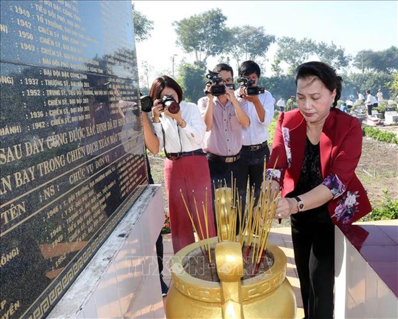 Chủ tịch Quốc hội Nguyễn Thị Kim Ngân dâng hương, hoa tưởng niệm các Anh hùng liệt sĩ tỉnh Vĩnh Long