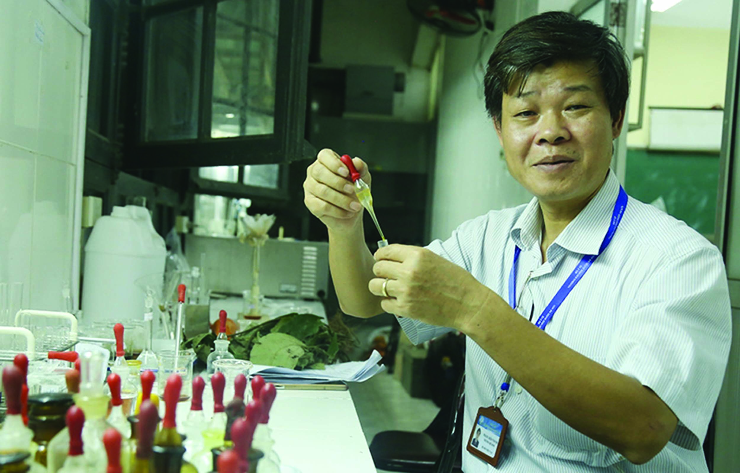Phó GS. Tiến sĩ Trần Văn Ơn trong phòng thí nghiệm.