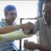 Anh Ngô Văn Dết thử nghiệm bàn tay robot với người khuyết tật.