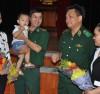 Thiếu tướng Lê Thái Ngọc (thứ hai từ phải qua), nguyên Phó Chính ủy BĐBP trò chuyện với gia đình quân nhân hiếm muộn điều trị thành công.