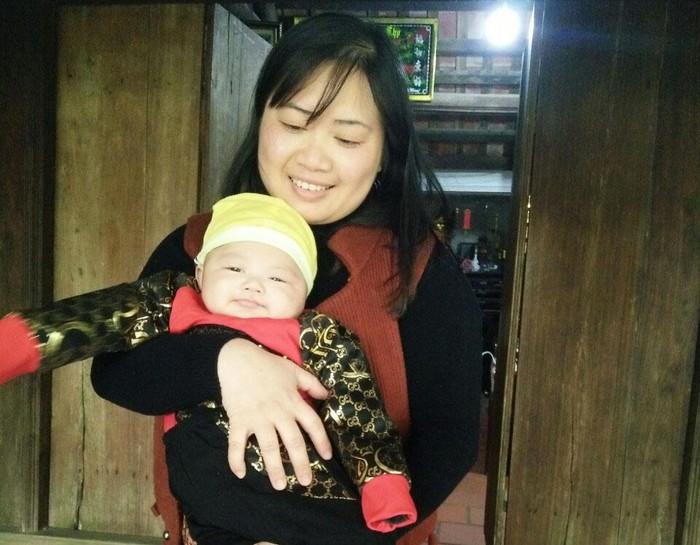 Vợ trung úy Doãn Đăng Lan rạng ngời hạnh phúc bên con trai, sau 10 năm kiên trì chờ đợi.